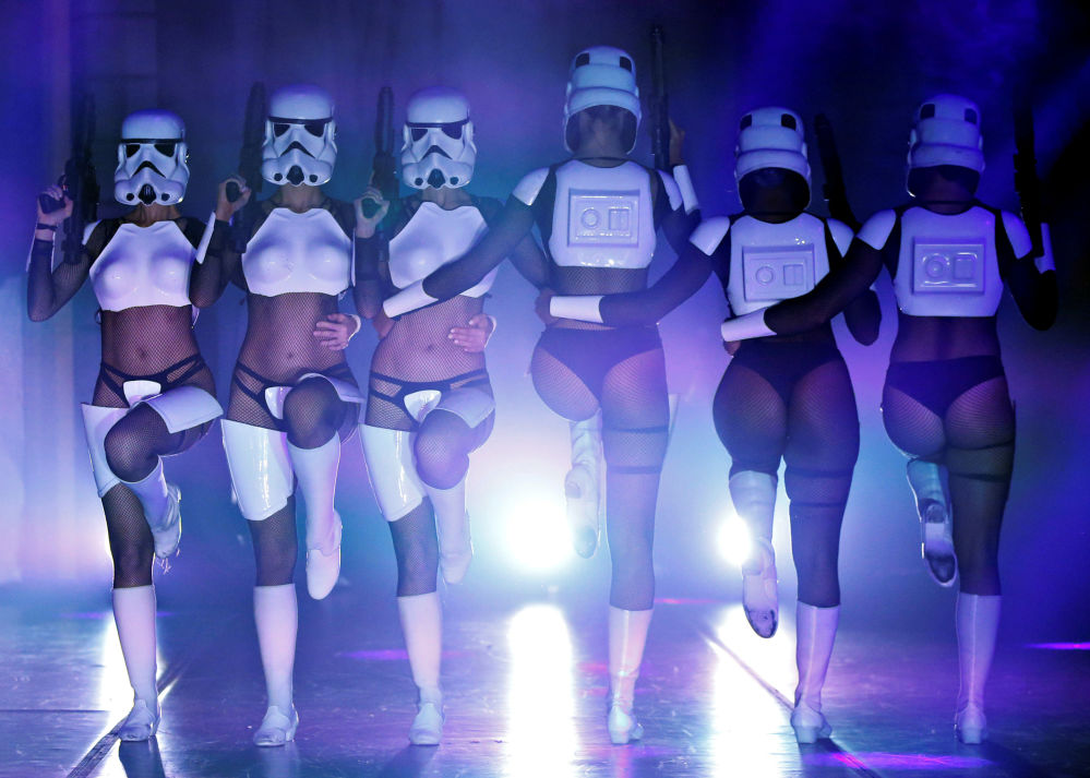 Vũ công trong show hài The Empire Strips Back: A Star Wars Burlesque Parody ở Los Angeles