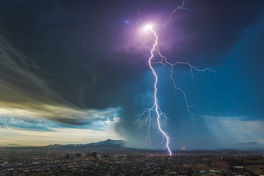 Bức ảnh Giông bão bình minh trên El Paso của nhiếp ảnh gia Mỹ Lori Grace Bailey, lọt vòng chung kết cuộc thi Weather Photographer of the Year 2020