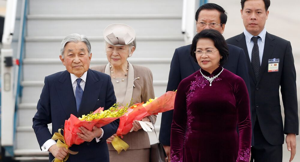 Japan's Emperor Akihito (L) accompanied by Empress Michiko are welcome by Vietnam Vice President Dang Thi Ngoc Thinh at Hanoi airport in Vietnam